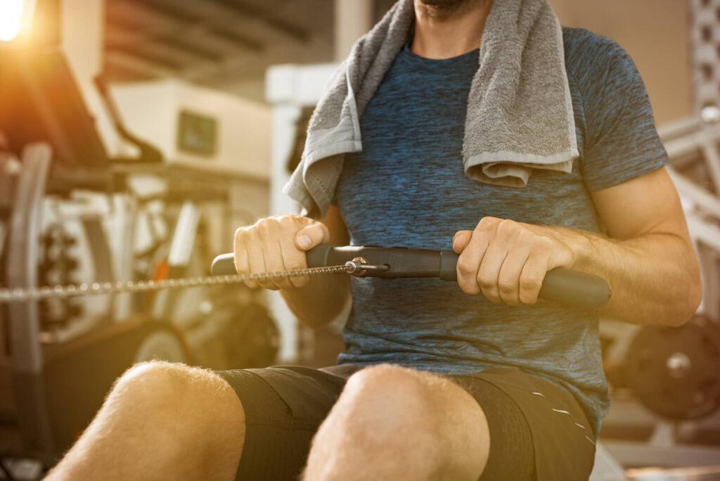 """Prigludusi ar laisvesnė apranga? Ar apranga bus laisvesnė, ar labiau prigludusi – kiekvienas renkamės individualiai. Tačiau vis dėlto, dėmesį atkreipti į sporto tipą reikėtų. Jei mėgsti nemažai laiko praleisti ant kardio treniruoklių, tokių kaip dviračiai, laiptiniai treniruokliai, bėgimo takeliai, apranga, ypatingai apatinės kūno dalies turėtų būti prigludusi prie kūno, kad treninginių kelnių klešnės neįsipintų tarp pedalų. Jeigu renkiesi jogą, kalanetiką – apranga turi būti tampri ir pakankamai laisva, kad nevaržytų tavo judesių. Patogi avalynė Sporto avalynės pasirinkimas priklauso nuo tavo sporto rutinos. Yra tik vienas """"bet"""" – bet kokiu atveju avalynė turi būti patogi, idealiai prisitaikyti prie kojų, kad jų nevargintų. Jei mėgsti bėgioti, mažiau sportuoji su sunkiais svoriais – sportiniai bateliai turėtų pasižymėti lengvumu, specialiais padais, kurie būtų pritaikyti bėgimui. Jeigu esi sunkiųjų svorių mėgėjas (-a), vertėtų pasirinkti avalynę, kurios padai gerai sukibtų su grindiniu. Tokie sportiniai bateliai įprastai būna sunkesni, tvirtais padais. Renkantis batelius, visuomet pagalvok ir apie kojines – jas perkant sportinių prekių parduotuvėje, pardavėjas-konsultantas tau visuomet patars, kuri kojinių medžiaga bus tinkamiausia pagal tavo treniruočių pobūdį. Atmink, kad prekės ženklas ne pats svarbiausias faktorius. Svarbiausi dalykai: aprangos audinys, tamprumas, prisitaikymas prie kūno. Tinkama apranga ne tik gali padidinti tavo produktyvumą treniruotėse, bet taip pat suteikti daugiau pasitikėjimo savimi. Sportinė apranga visuomet atrodys gerai, jei pasirinksi ją teisingai."""